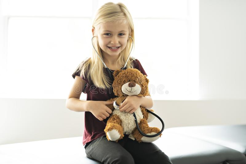 Björn för doktorsflickaför spela och bot på det pediatriskt royaltyfria foton