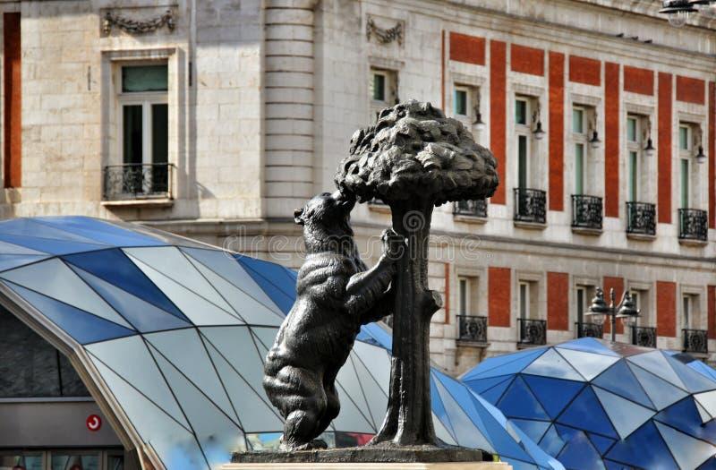 Björn- och madronoträd madrid spain royaltyfri bild