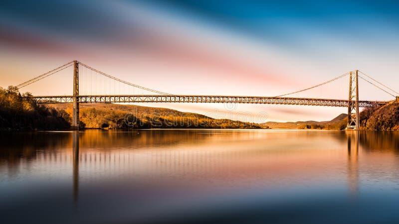 Björnbergbro efter solnedgång arkivfoto