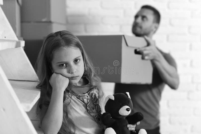 Björnen och fadern för dotterkramnalle sätter asken in i högen Ungen och grabben flyttar sig in eller flyttar sig ut home nytt arkivfoton