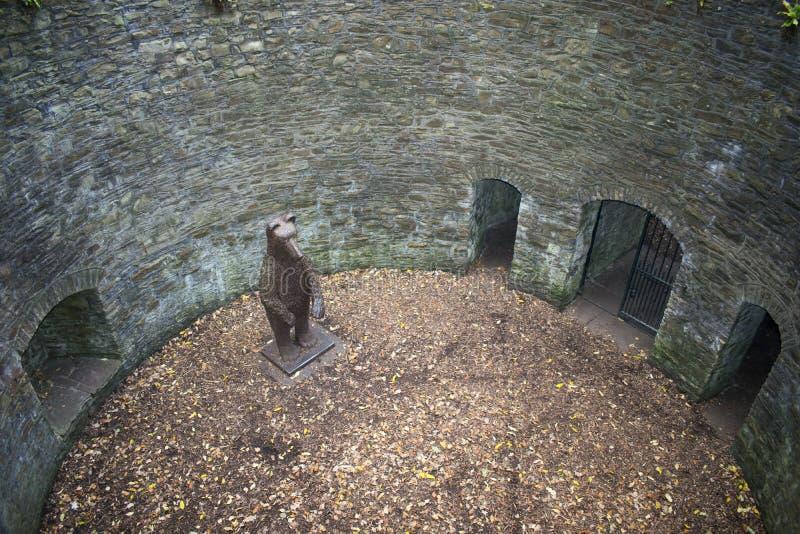 Björnen Pit Sculpture Sheffield Botanical Gardens södra Yorkshi royaltyfria foton
