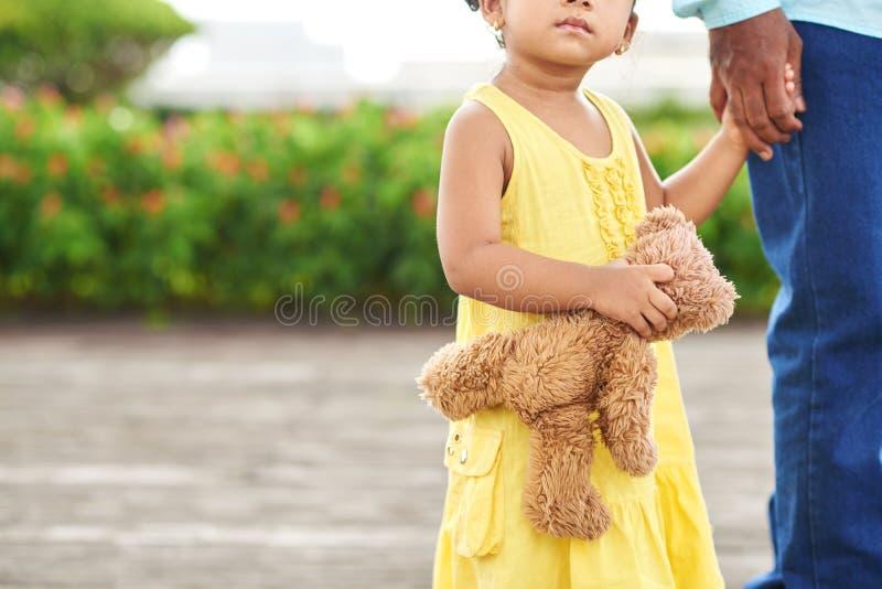 björnflicka little nalle royaltyfria bilder