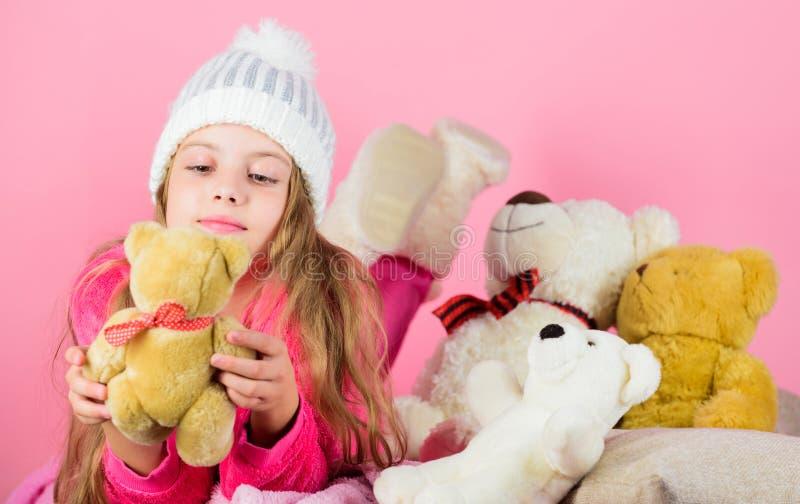 Björnleksakersamling Ungeliten flickalek med mjuk rosa bakgrund för leksaknallebjörn Nallebjörnar förbättrar psykologiskt arkivfoto