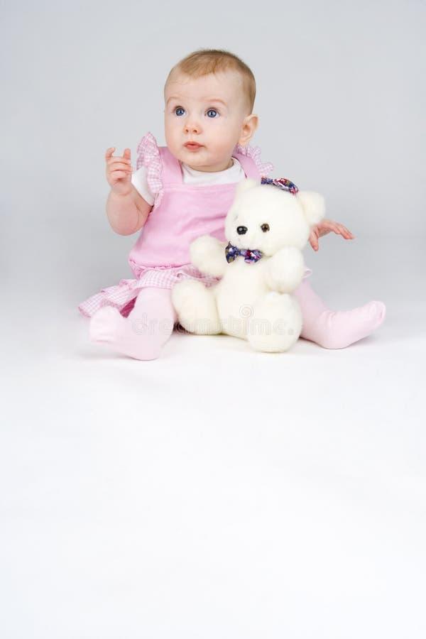 björnomfamningflicka little som är plushy royaltyfria bilder