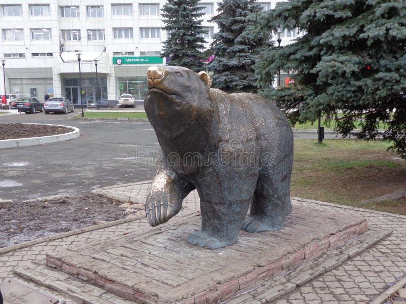björnskulptur arkivfoto