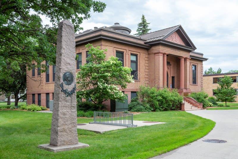 Bjornson minnes- obelisk och Putnam Hall på den North Dakota delstatsuniversitetet royaltyfri bild