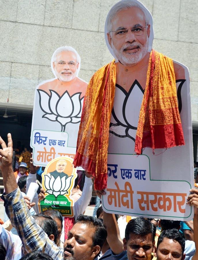 BJP-de verdediger viert de overwinning van Narendra Modi in India royalty-vrije stock foto's