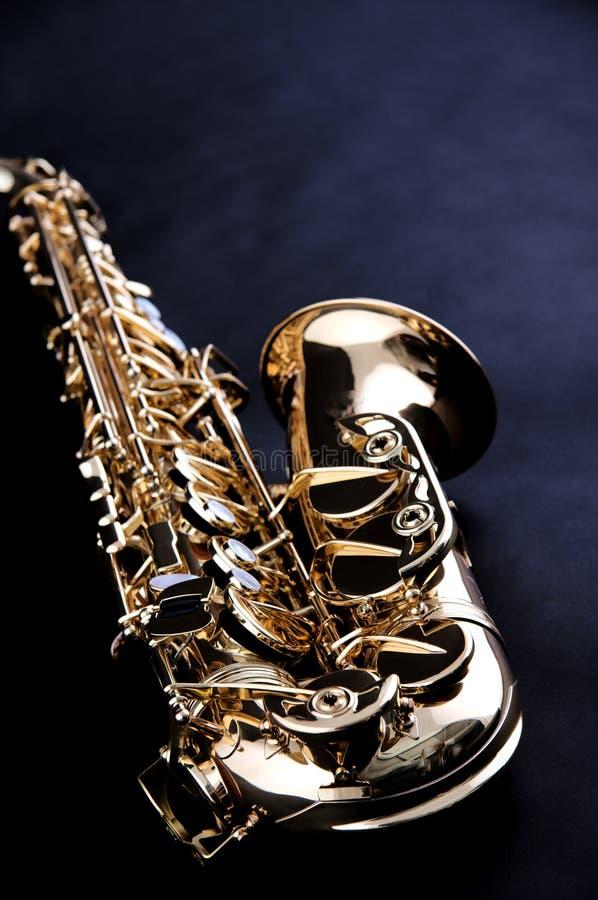 bk czarny złota odosobniony saksofon zdjęcia stock