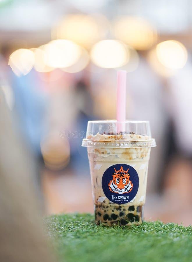 BKK -2019年5月25日:从火老虎的泡影奶茶由Seoulcial俱乐部,一个普遍的咖啡馆在泰国最著名为它的boba 库存图片