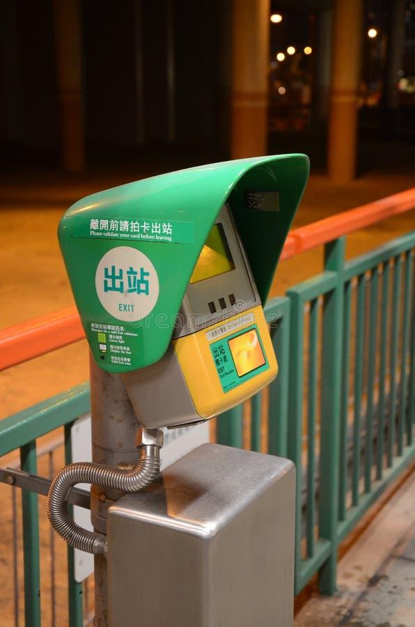 Bläckfiskkortmaskin på den ljusa stationen för stång MTR i Hong Kong fotografering för bildbyråer