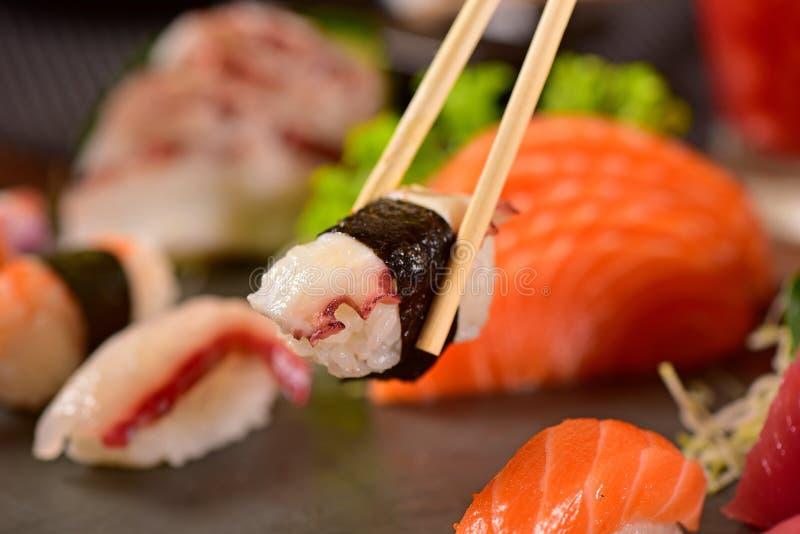 BläckfiskNigiri sushi royaltyfri foto