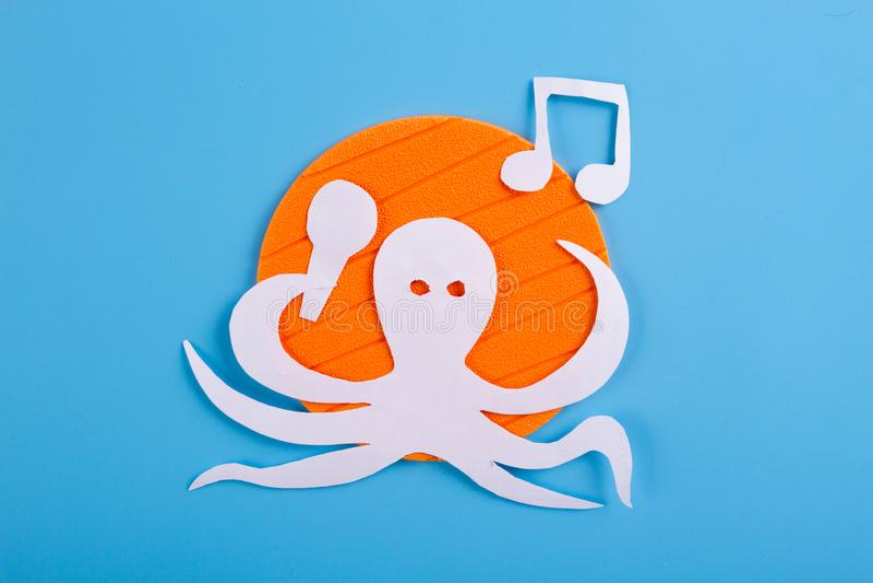 bläckfisktecken att lyssna till musiken arkivfoton
