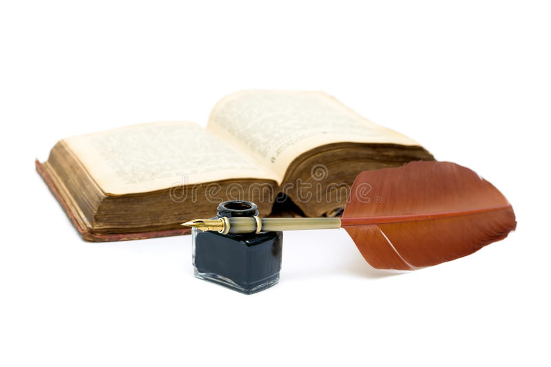 Bläckhornen penna och öppnar boken på vit bakgrund arkivbild