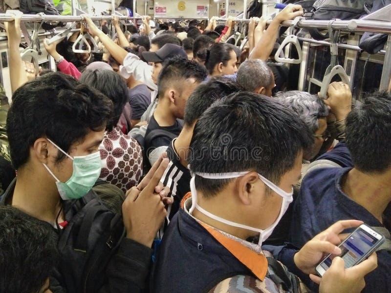 Bläddra i mitt av det fullständigt fullsatta offentliga drevet i Jakarta, Indonesien royaltyfri bild