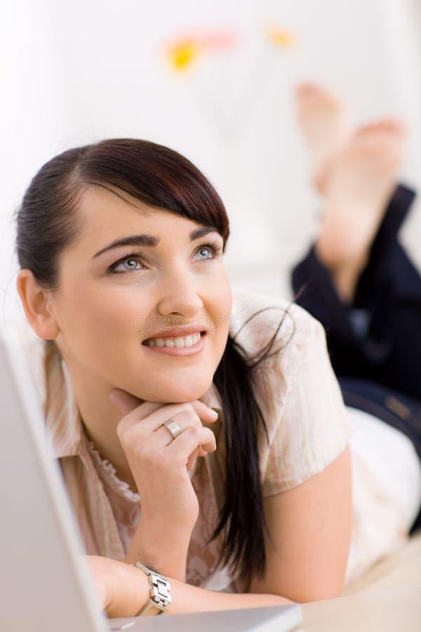 bläddra internetkvinna royaltyfri bild