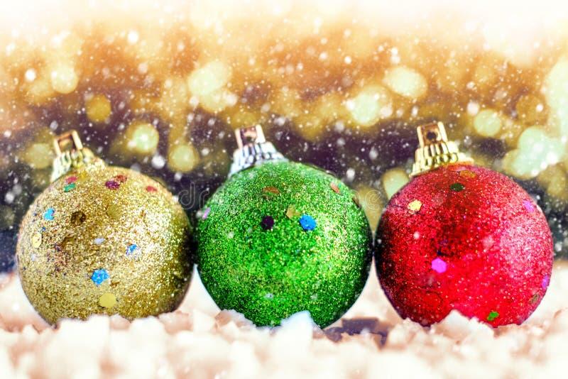 Blänka bollen för prydnader och garnering på festival för jul och för nytt år med snöeffekt arkivbilder
