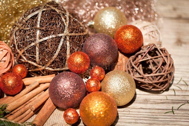 Blänka julgarnering i apelsin och brunt naturligt trä royaltyfri fotografi