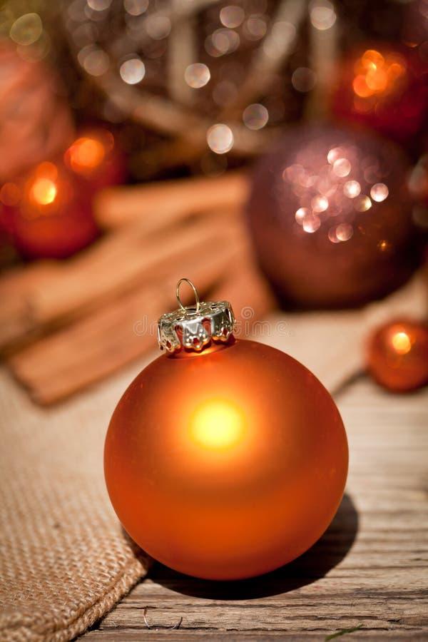 Blänka julgarnering i apelsin och brunt naturligt trä arkivfoton