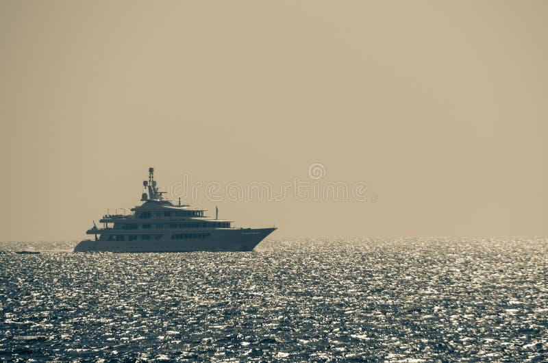 blänka lyxig havsyacht arkivbild