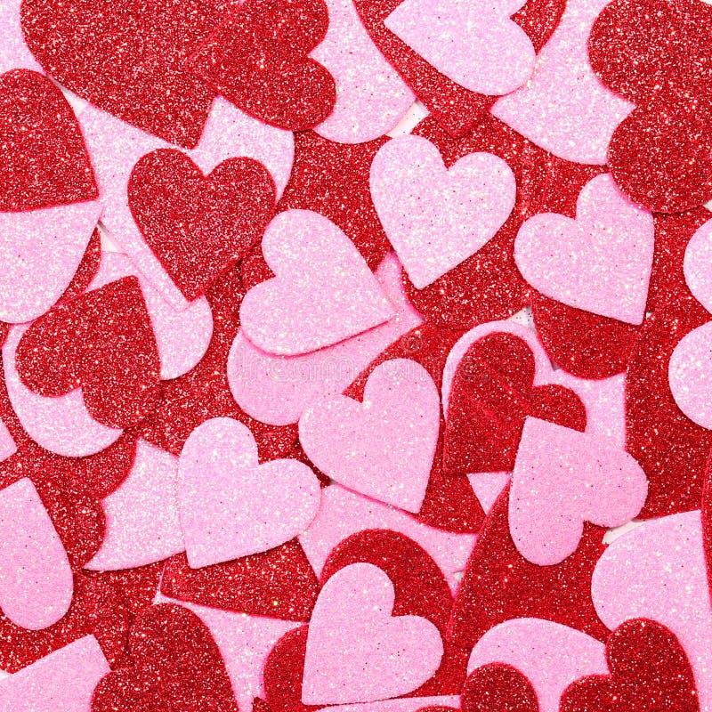 Blänka röda och rosa hjärtor. Bakgrund. Valentindag royaltyfri fotografi
