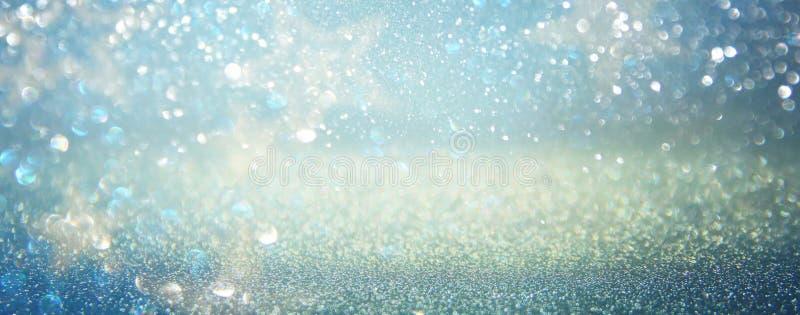 Blänka tappningljusbakgrund blått silver defocused arkivfoto