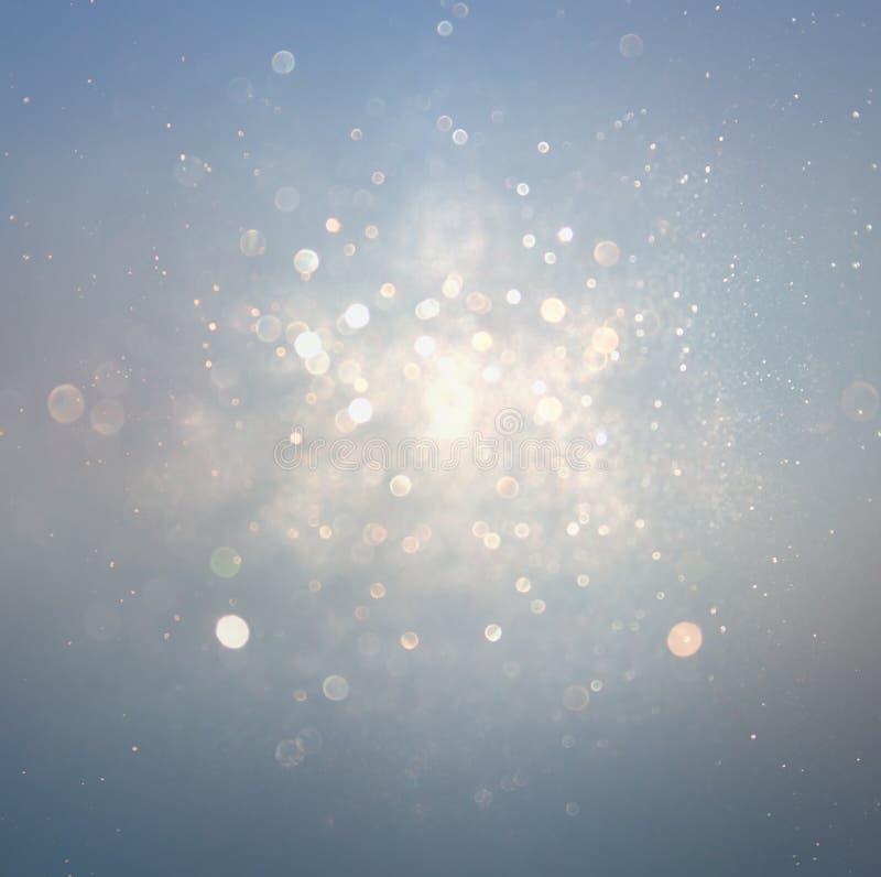 Blänka tappningljusbakgrund med ljusbristning silver, blått och vit de-fokuserat fotografering för bildbyråer