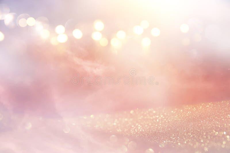 Blänka tappningljusbakgrund silver, guld, rosa färger och vit de-fokuserat arkivfoto