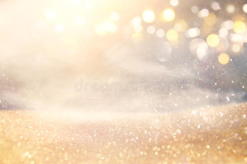 Blänka tappningljusbakgrund silver- och ljusguld de-fokuserat fotografering för bildbyråer