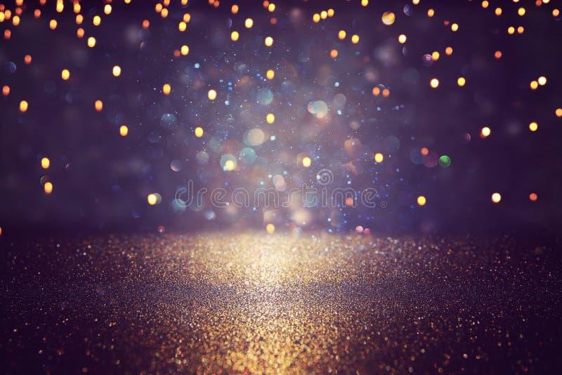 Blänka tappningljusbakgrund svart, guld och lilor de-fokuserat royaltyfri foto