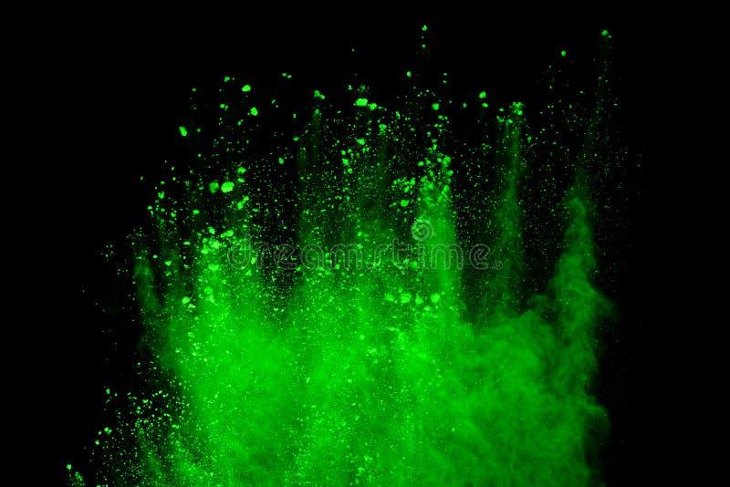 blänker abstrakt grönt pulver splatted bakgrund, frysningrörelse av färgpulverexplosion/som kastar färgpulver, färg textur på b royaltyfri foto