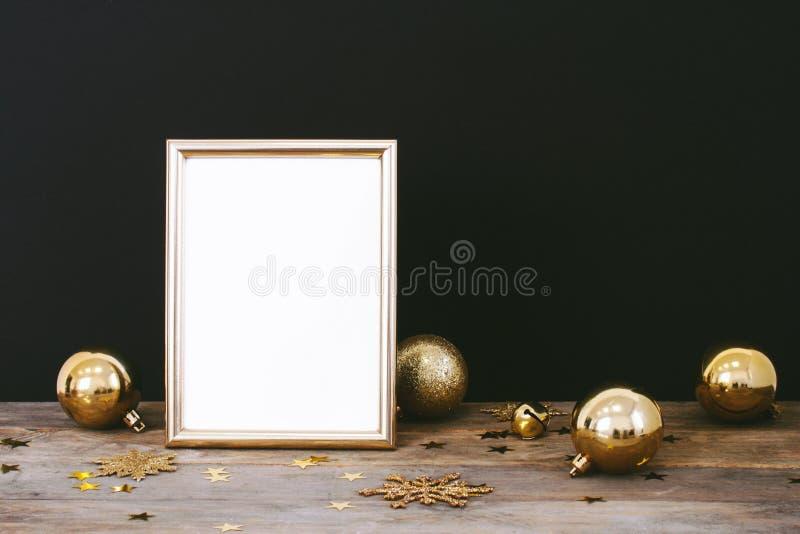Blänker den övre ramen för åtlöje på wood lantlig mörk bakgrund med julpynt snöflinga-, struntsak-, klocka- och stjärnakonfettier arkivfoto