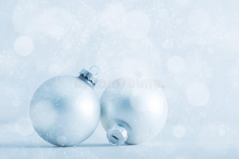Blänker glass bollar för jul på kallt frostigt bakgrund arkivbild