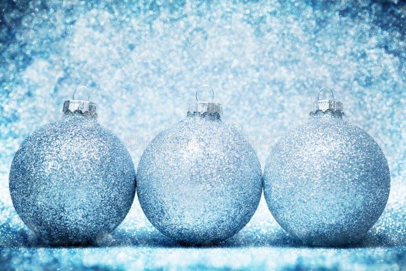 Blänker glass bollar för jul på kallt frostigt bakgrund royaltyfri bild
