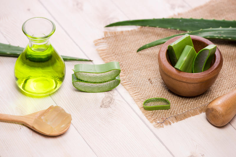 Blätter Aloevera-ätherischen Öls und -aloe auf einem weißen Hintergrund stockfotografie