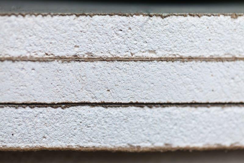 Blätter der Fasergipsplatte oder der Trockenmauer nah oben in einer Wohnung während auf des Baus, Umgestaltung, bauend um lizenzfreie stockfotografie