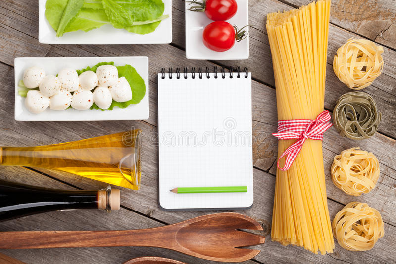 Blätter der Tomaten, des Mozzarellas, der Teigwaren und des grünen Salats lizenzfreies stockfoto
