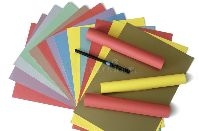 Blätter des farbigen Papiers auf einem weißen Hintergrund stockfoto