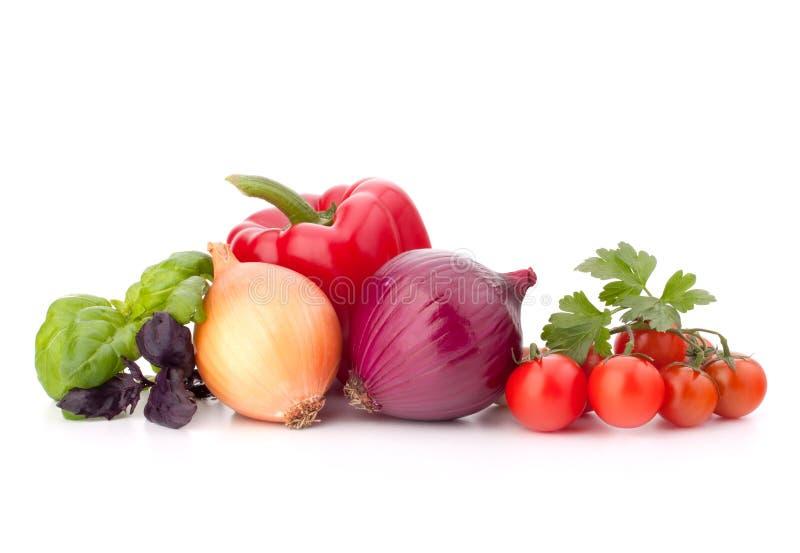 Blätter des süßen Pfeffers, der Zwiebel, der Tomate und des Basilikums stockbilder