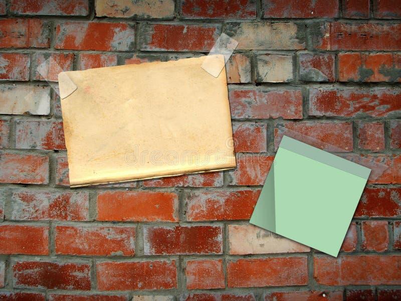 Blätter tapezieren und hängen an einer Backsteinmauer lizenzfreie abbildung