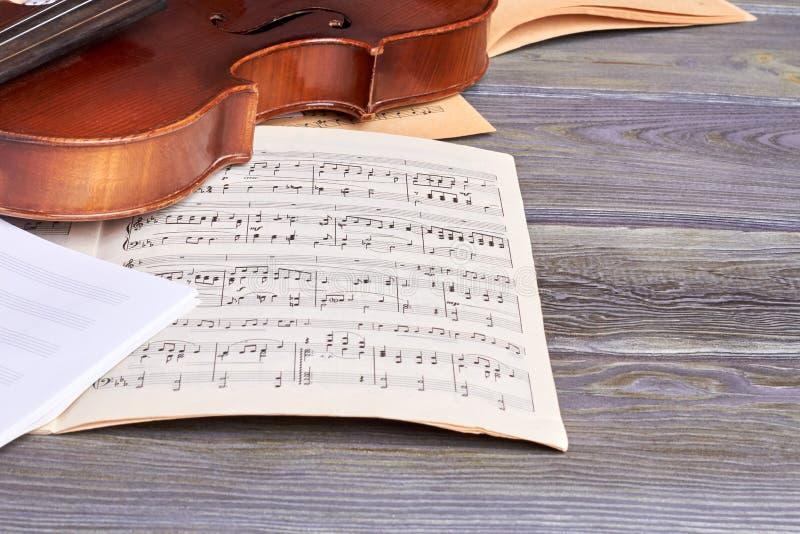 Blätter von musikalischen Anmerkungen und von Violine stockfoto