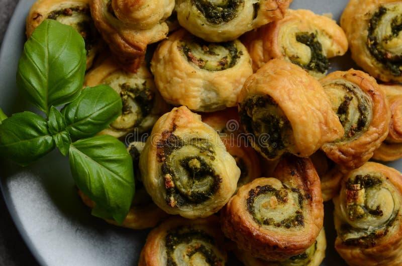 Blätterteig rollt mit Spinats- und Griechekäsefüllung lizenzfreies stockfoto