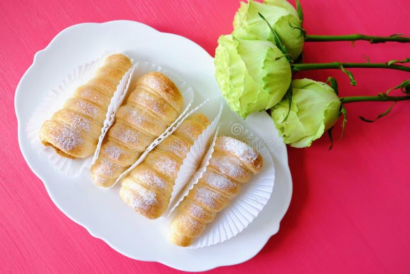 Blätterteig rollt Vanillepuddingtörtchen und -rosen stockfotos