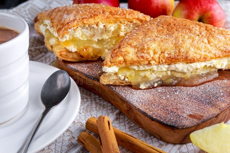 Blätterteig Umsatz-Apfelkuchennachtisch mit Schlagsahne und heißem Kaffee lizenzfreie stockfotos