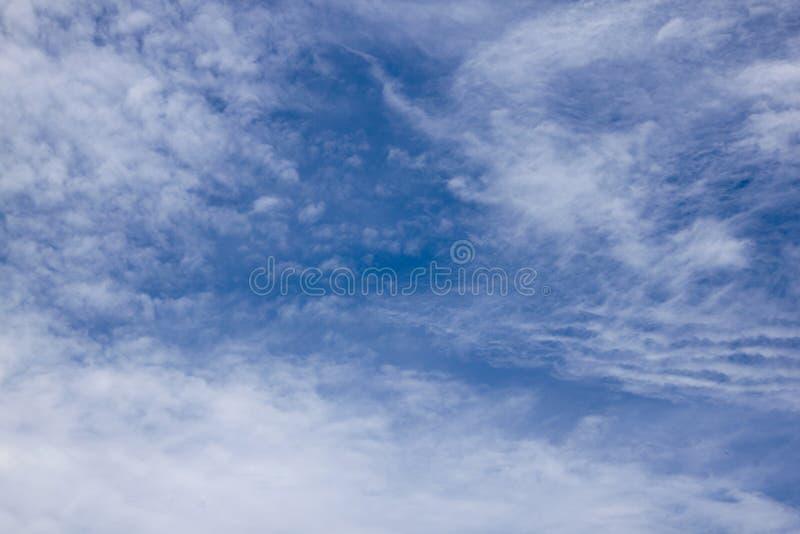 Blå abstrakt bakgrund för molnig himmel med modeller och texturer arkivbilder