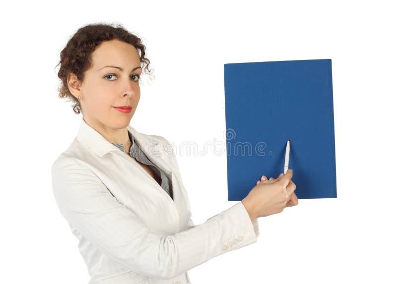 blå affärsklänningmapp som pekar kvinnan arkivbild