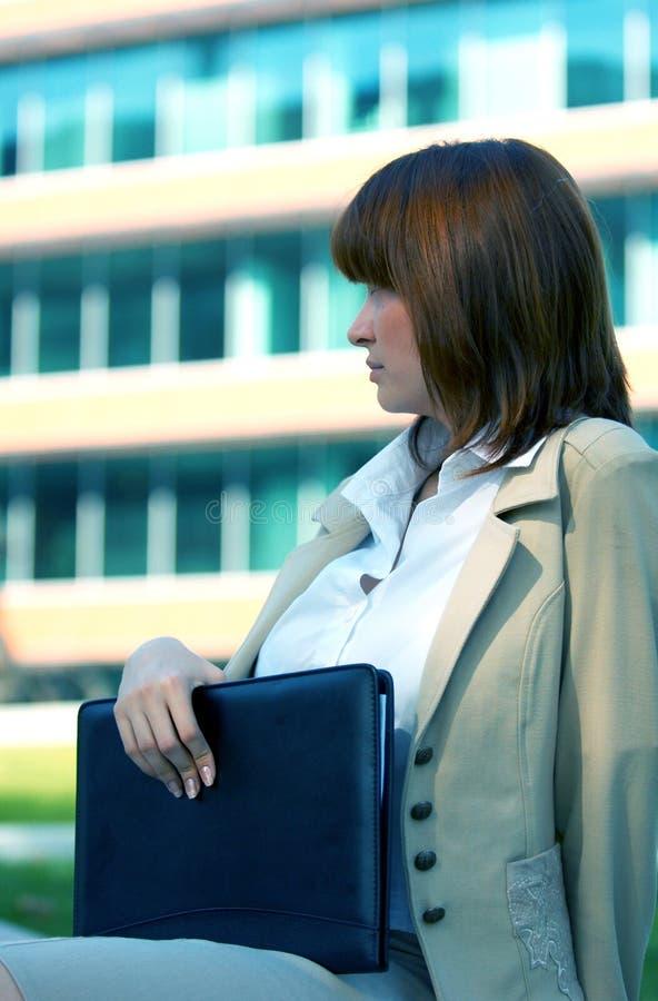blå affärskvinnatonlängtan arkivbild