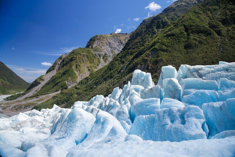 Blå is av rävglaciären i den södra ön av Nya Zeeland royaltyfria foton