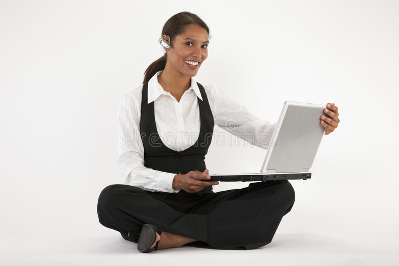 blå bärbar datortand genom att använda kvinnabarn royaltyfri foto