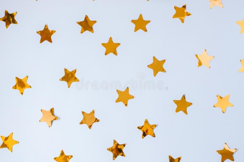Blå bakgrund för jul med mycket guld- stjärnor royaltyfria foton