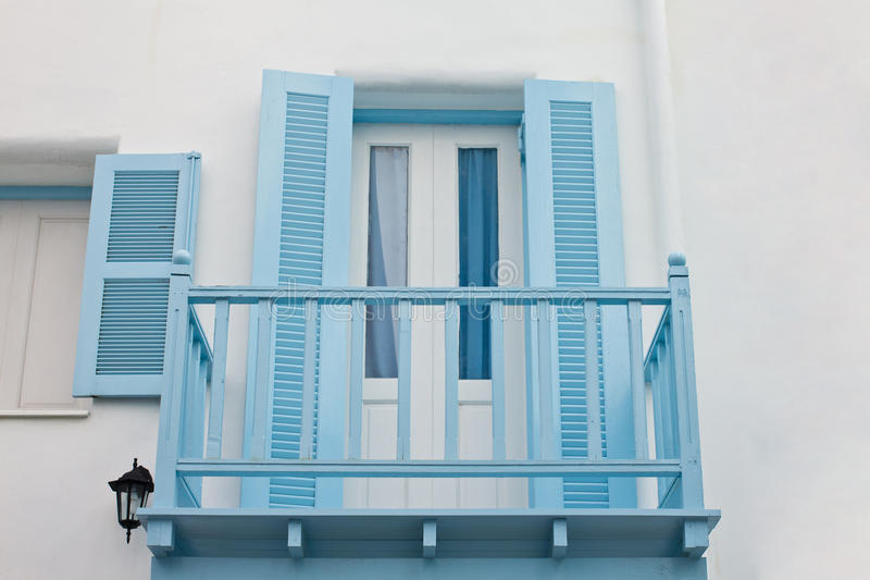 Blå balkong och blått fönster arkivbild